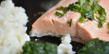 """Salmone al vapore con """"burro"""" speziato, spinaci e purea di cavolfiore"""